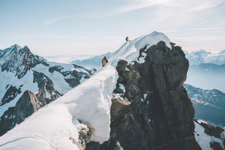 alpin-aussicht-sonne-felswand-schneedecke