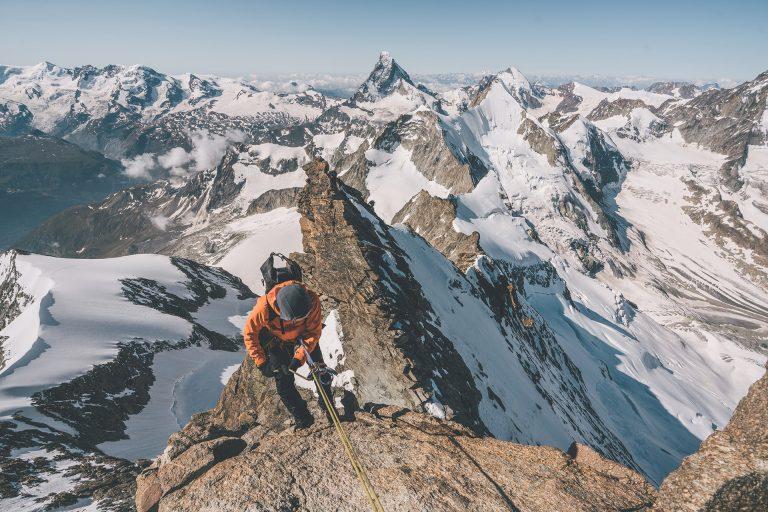 aufstieg-berg-kletterseil-sonne-felsen