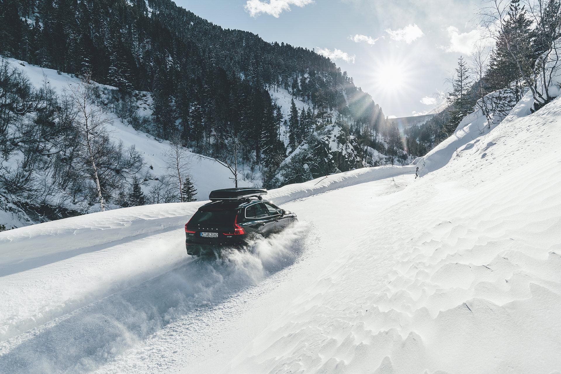 auto-schnee-fahren-sonne-berge