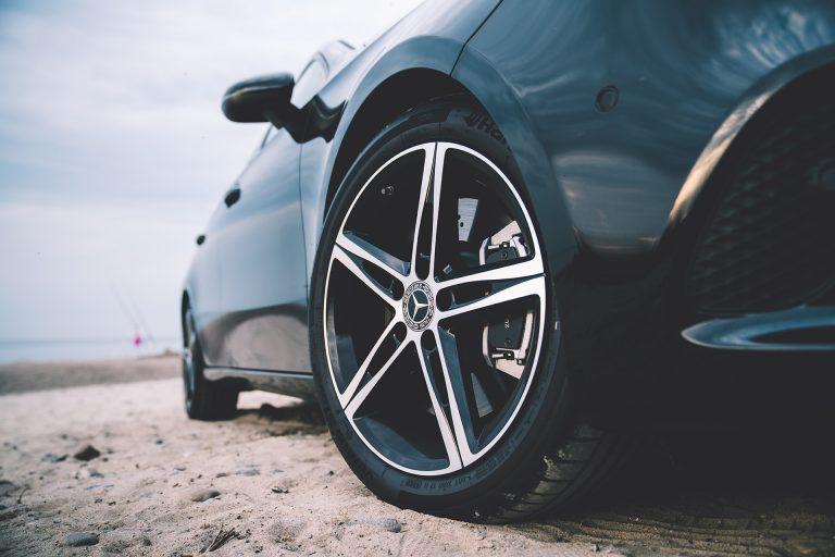 auto-strand-reifen-felgen-detail