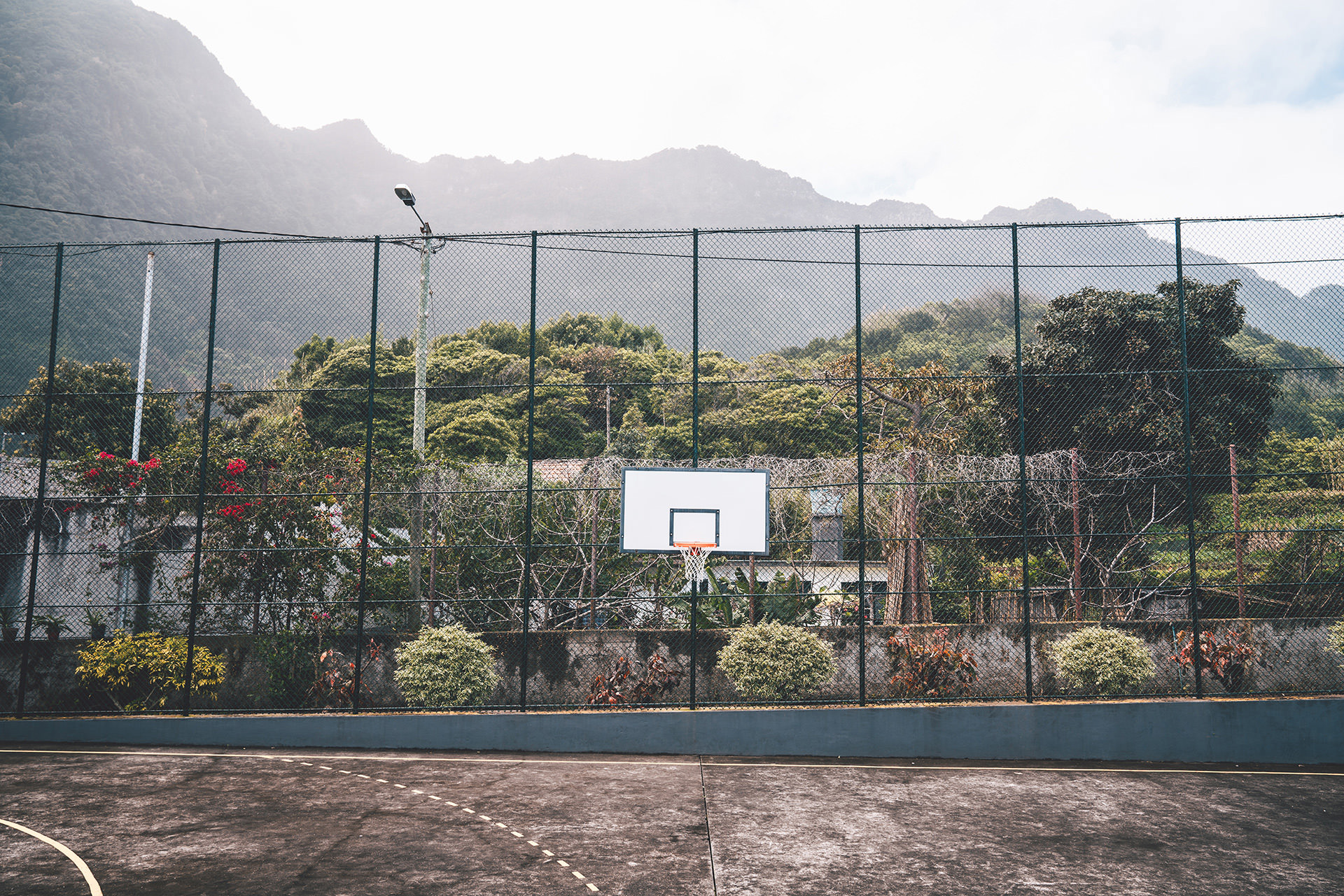 basketball-platz-natur-berge