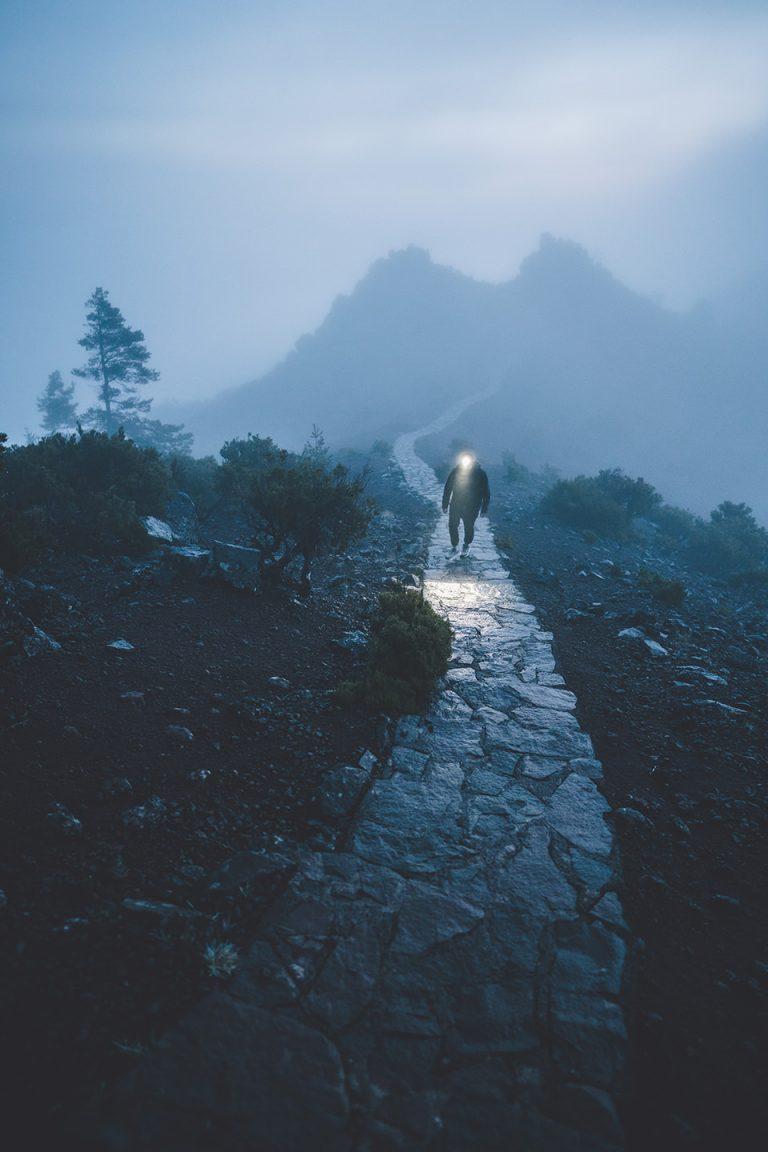 berg-wandern-weg-stirnlampe-nebel