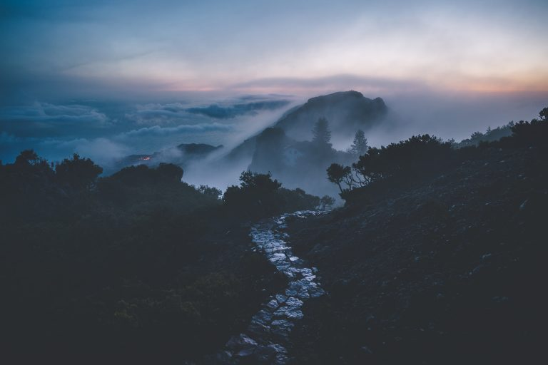 berg-weg-nebel-sonnenaufgang-dunkel