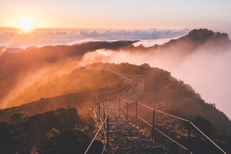 berg-weg-nebel-sonnenaufgang-ruhe