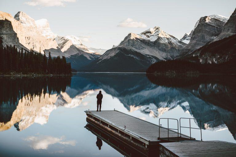 berge-see-spiegelung-steg-silhouette