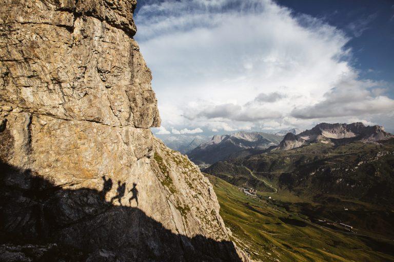 berge-wanderer-schatten-felsen
