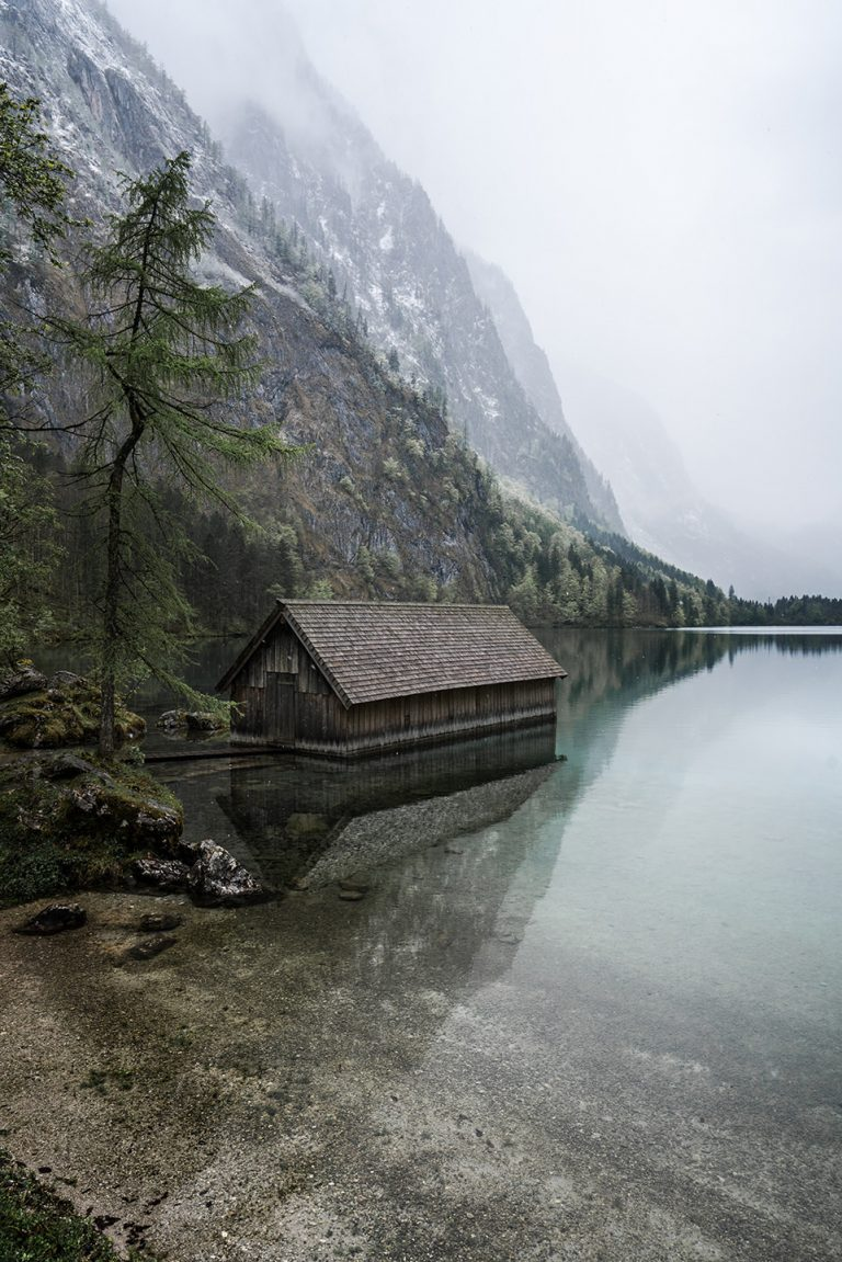 bergsee-huette-wasserspiegelung-stimmung
