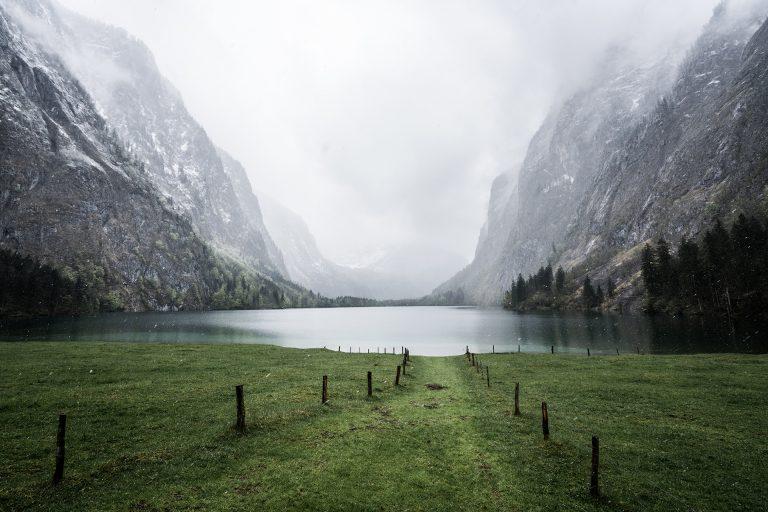 bergsee-wasser-schnee-nebel