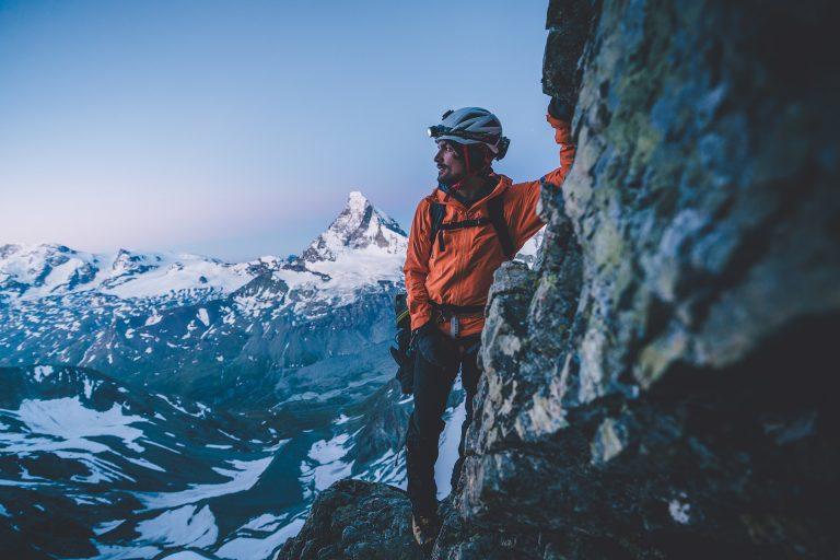 bergsteigen-morgen-aussicht-fels-equipment