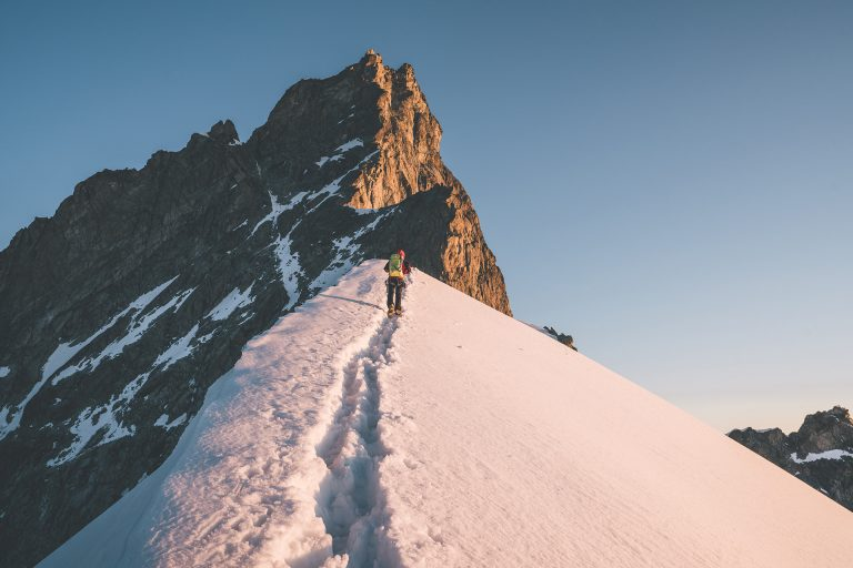 bergsteigen-schnee-aufstieg-sonne-spuren
