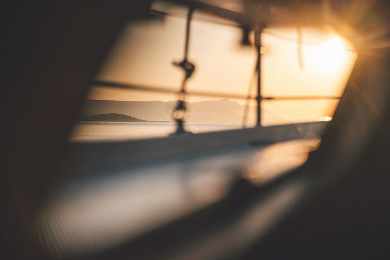 bewegung-segelboot-fenster-sonne