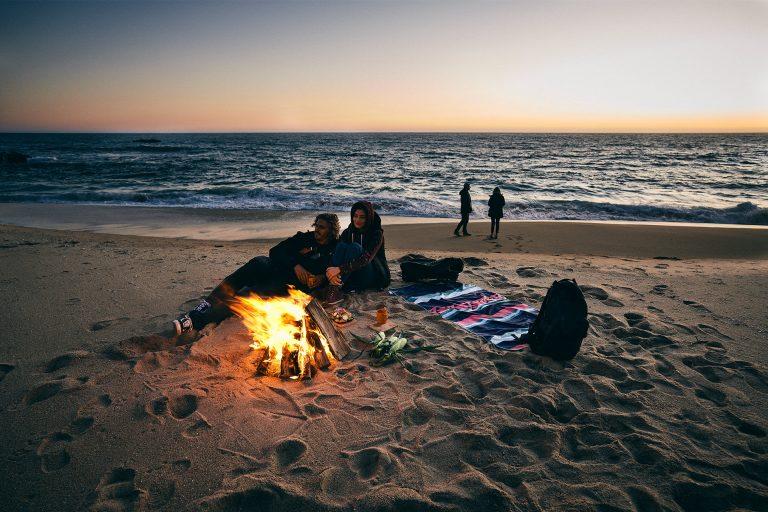 bonfire-beach-sunset-friends-cozy