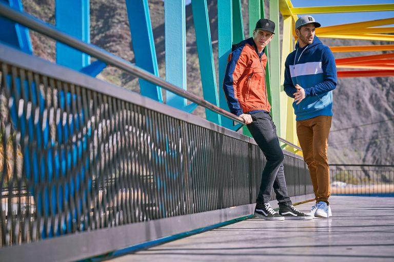bruecke-freunde-kleidung-lifestyle-farben