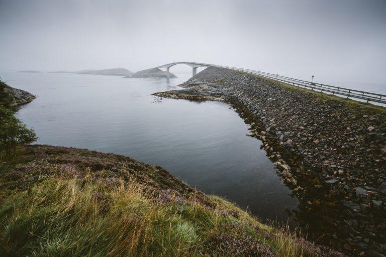 bruecke-nebel-landschaft-wasser-norwegen