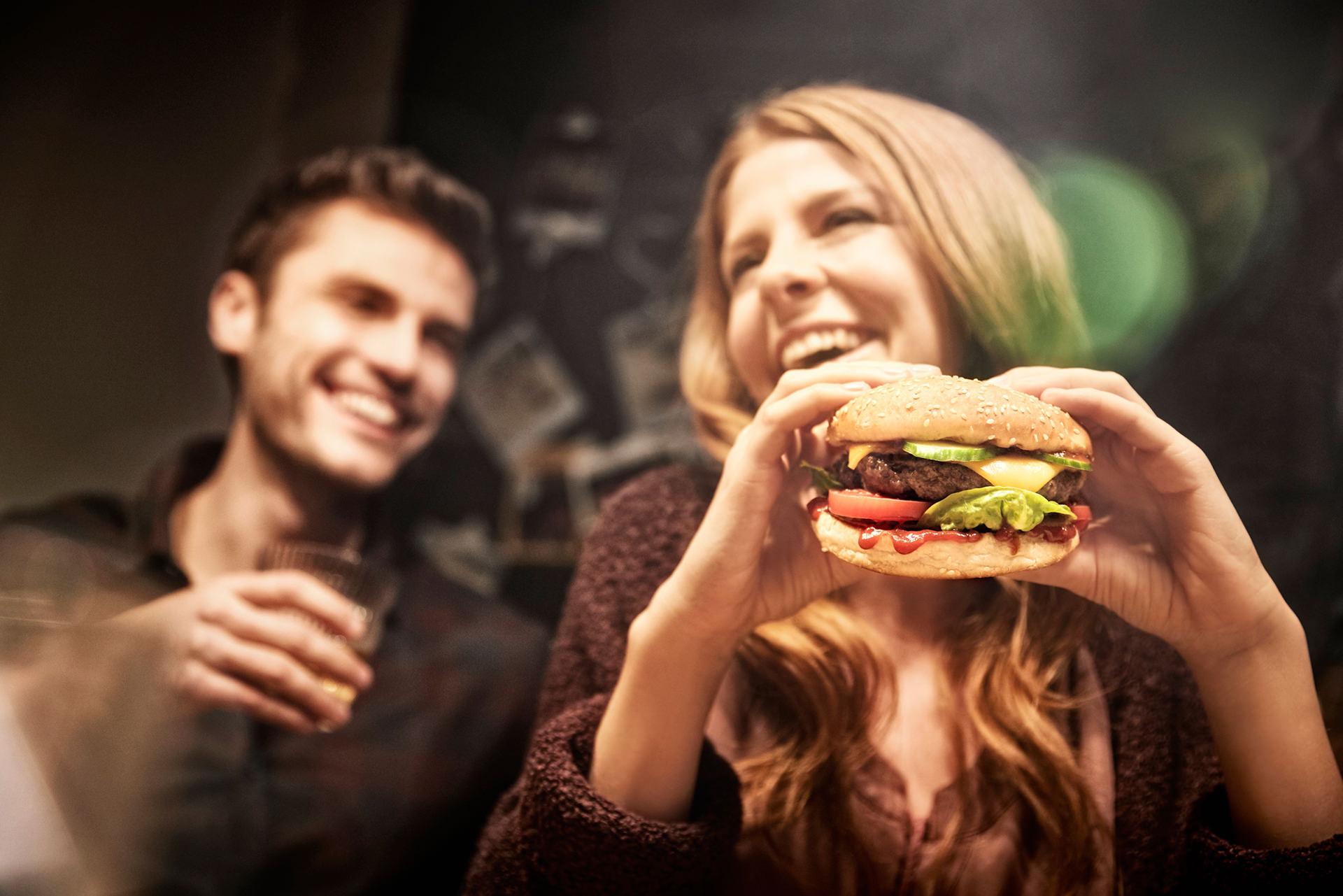 burger-essen-paar-lachen-butchers