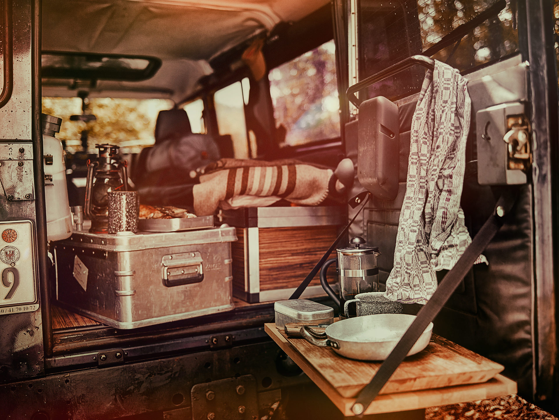 camping-jeep-equipment-maenner-weber
