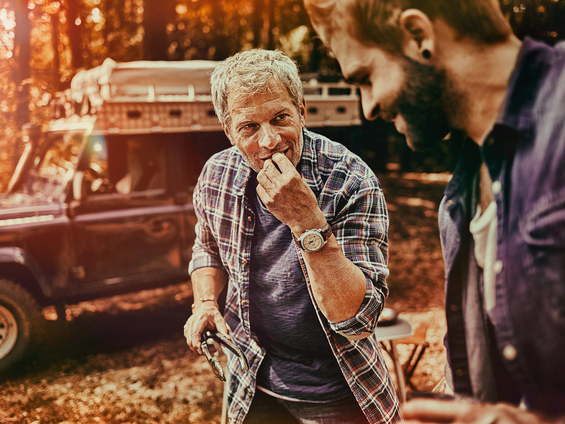 campingtrip-maenner-grillen-weber