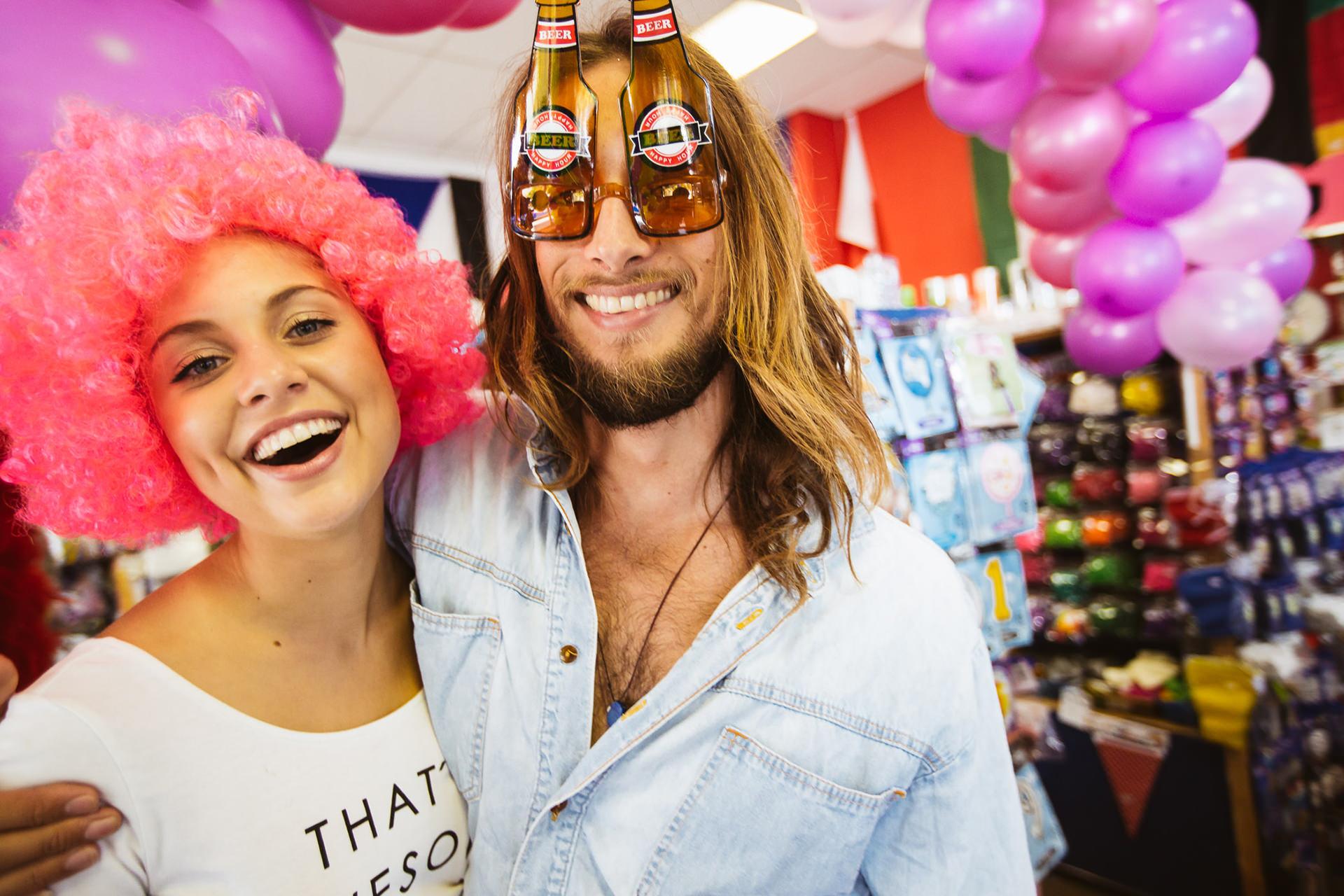 carneval-party-fun-couple-happy