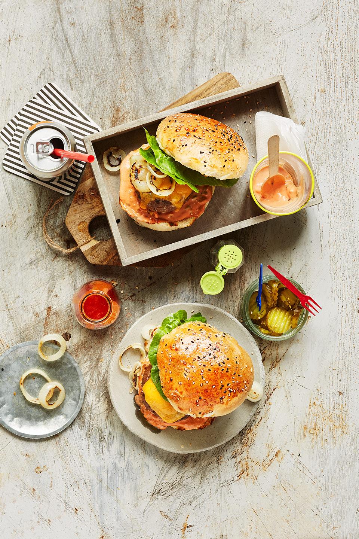 cheddar-burger-gegrillte-zwiebeln-russisch-dressing