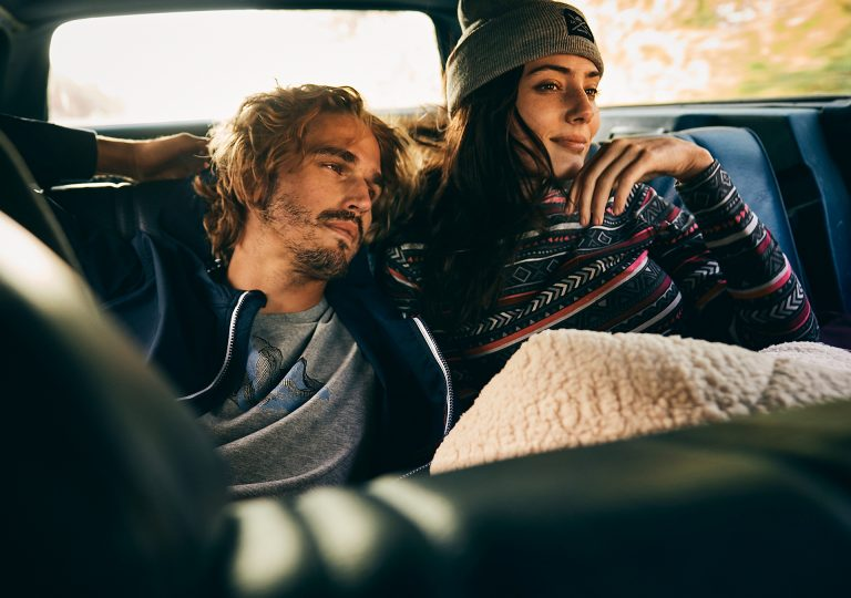 couple-backseat-chill-road-trip