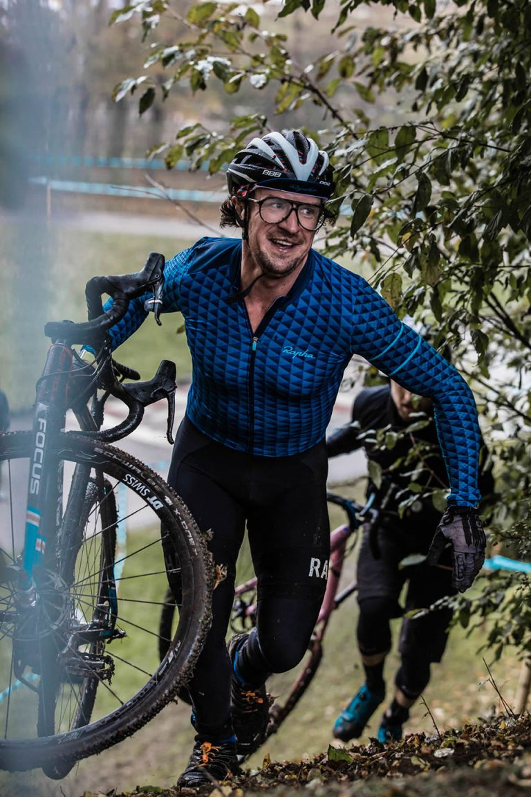 cyclocross-hill-race-carrying-laughing
