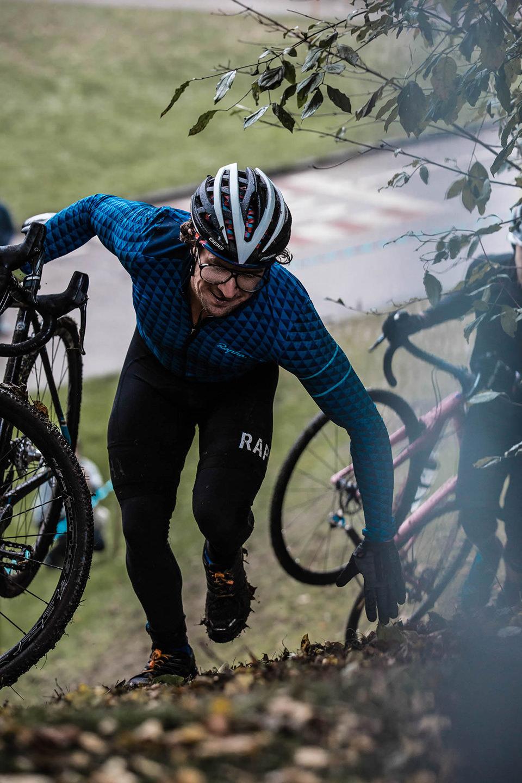 cyclocross-huegel-mann-laufen-rennen