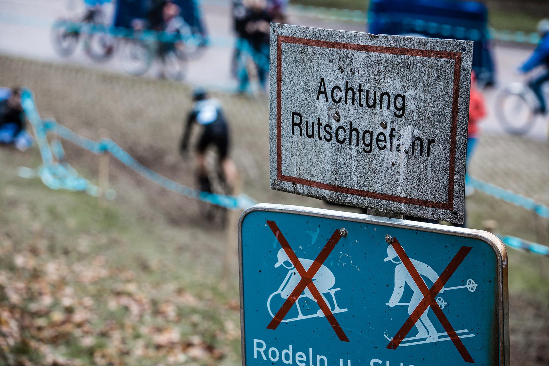 cyclocross-rennen-fahrrad-schild-dreckig