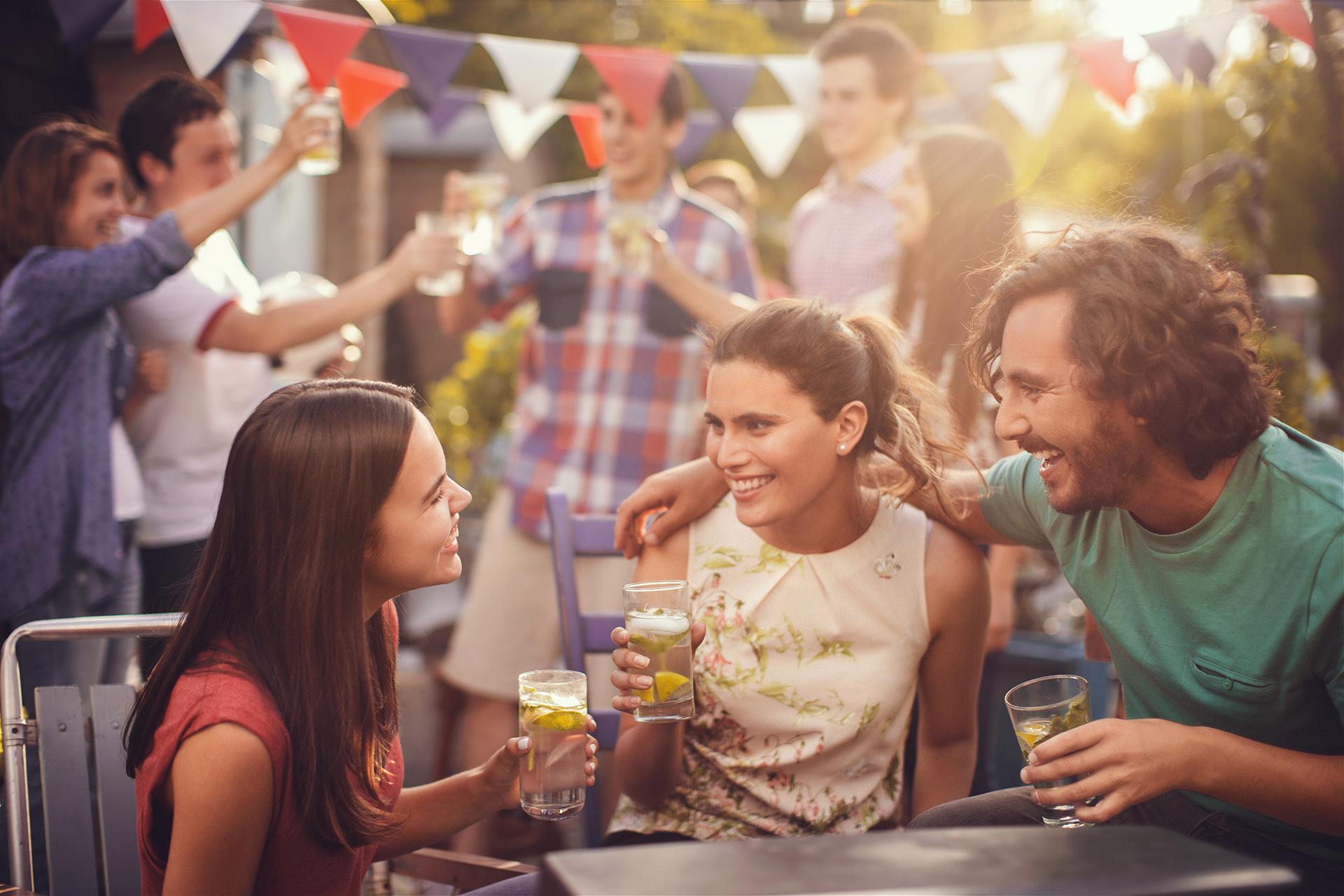 dachterrasse-party-freunde-feiern-happy