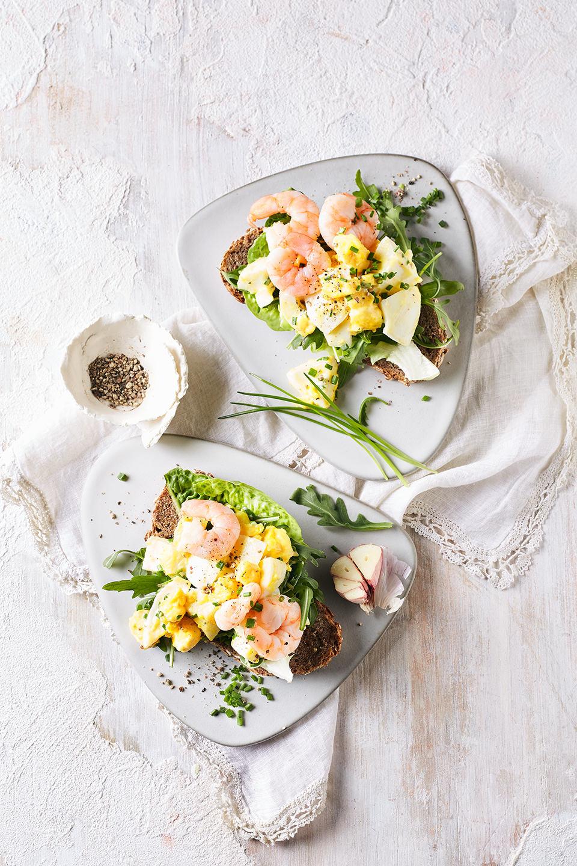 eier-garnelen-salat-roestbrot-topshot