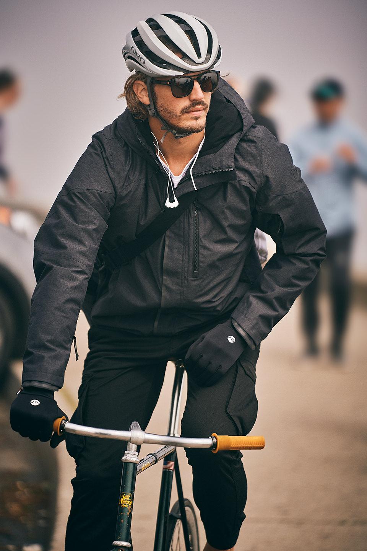 fahrrad-style-mann-helm-sonnenbrille