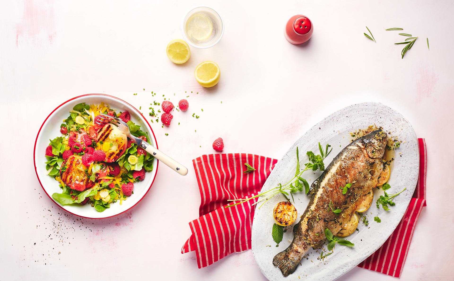forelle-gegrillt-salat-frisch-sommer