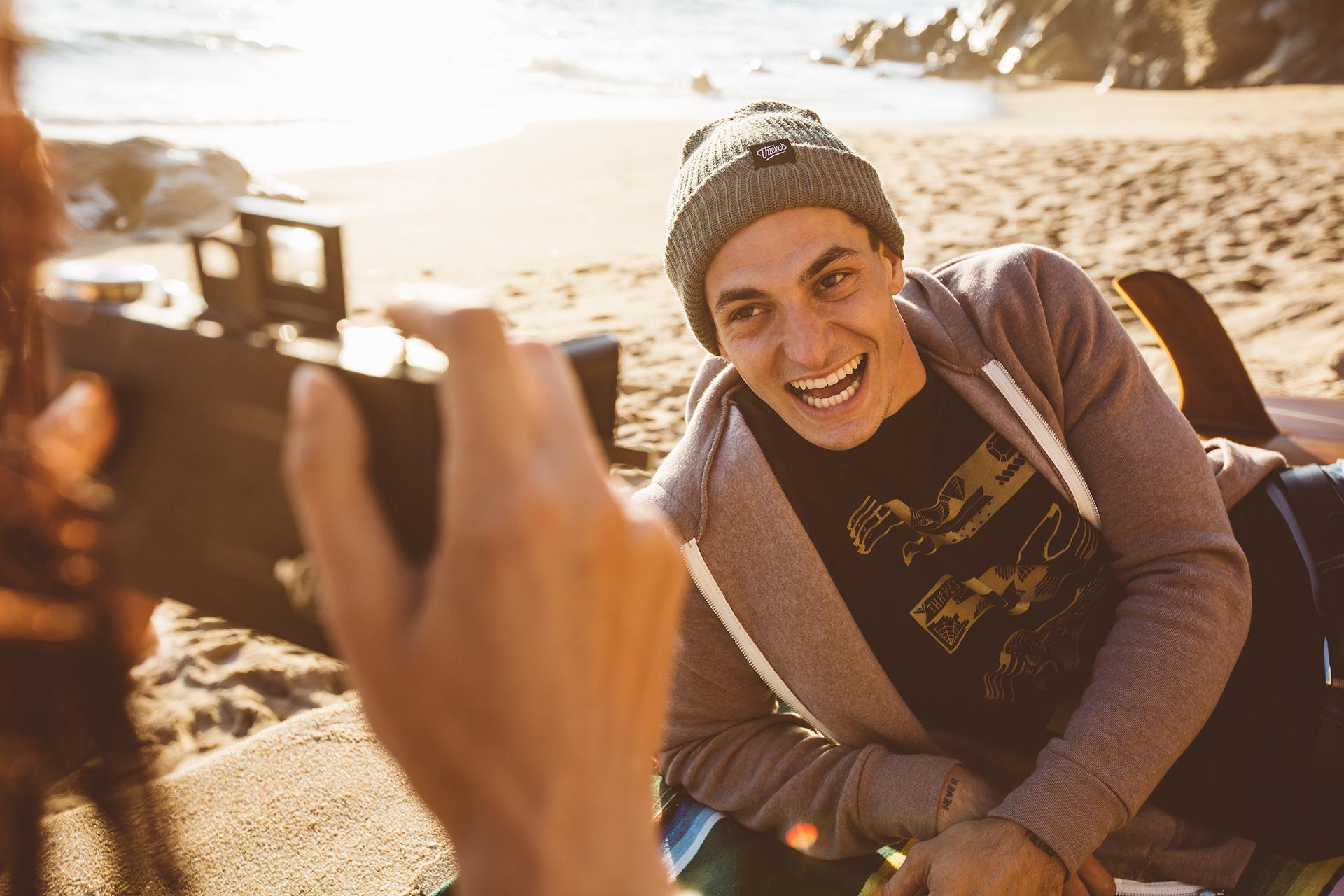 fotografieren-mann-analog-strand-lachen