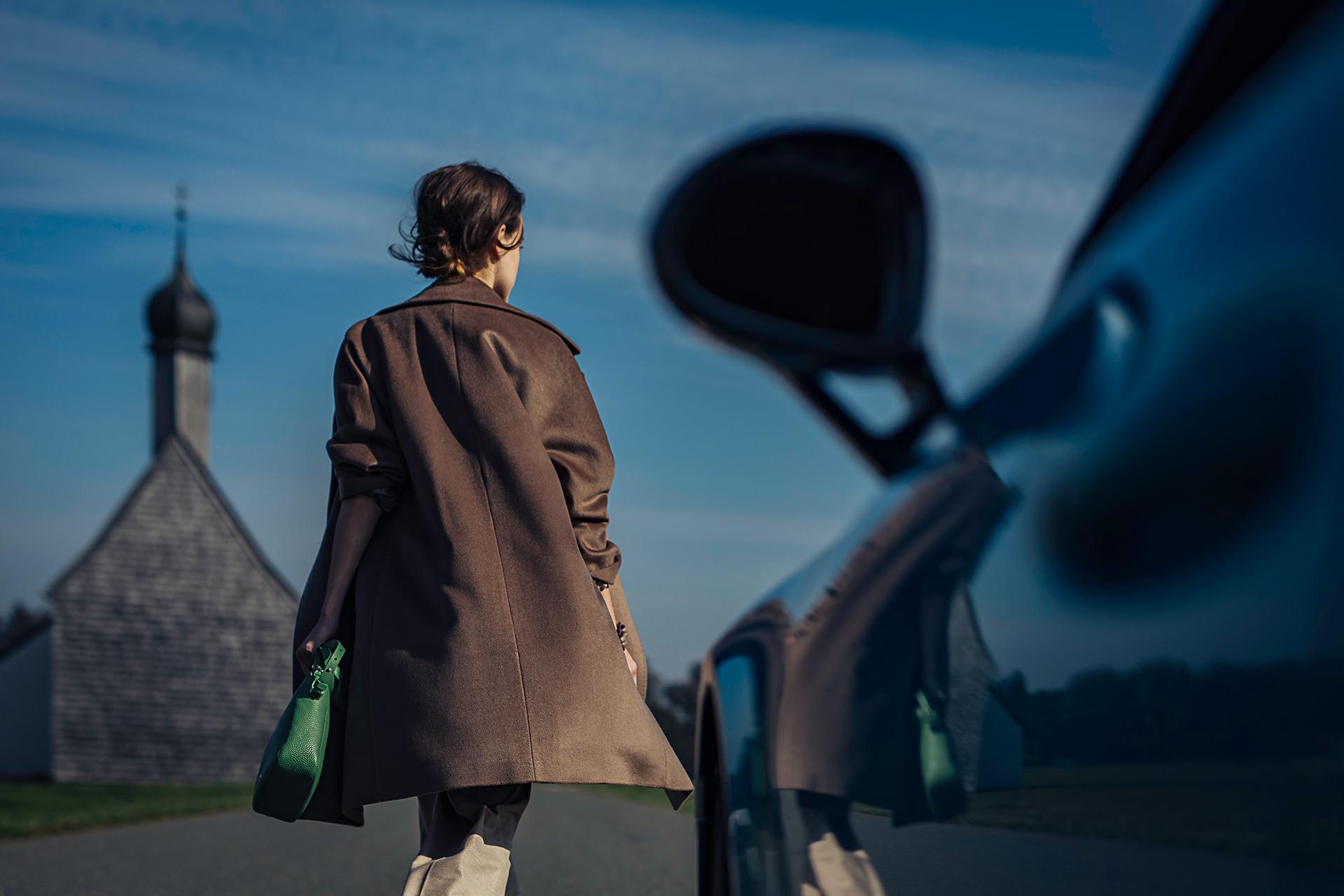 frau-fashion-gehen-kirche-auto