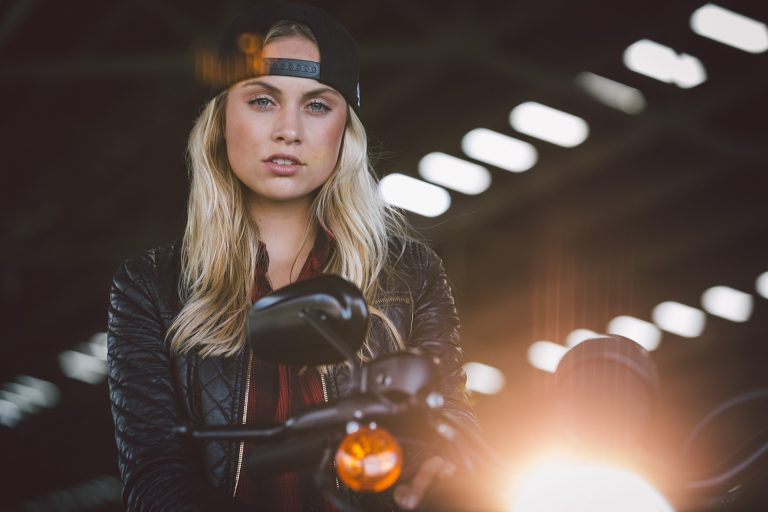 frau-motorrad-portrait-cap-sexy