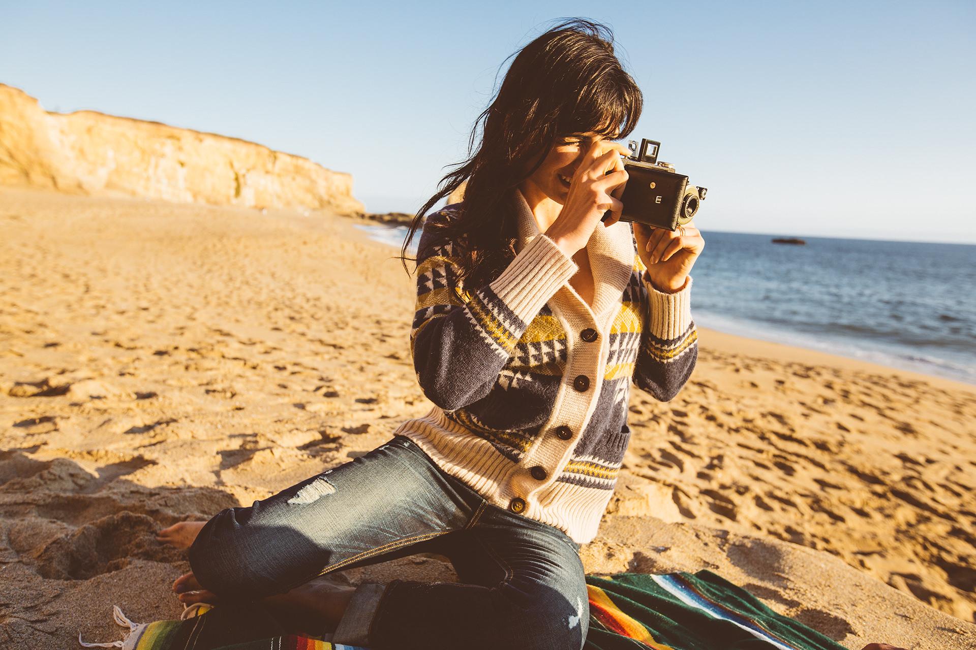 frau-strand-sitzen-fotografieren-decke