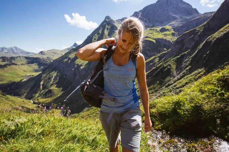 frau-wandern-rucksack-aussicht-berg