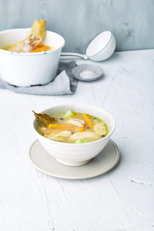 gemuesesuppe-huhn-schuessel-suppenkelle