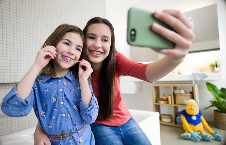 geschwister-selfie-zahnspange-kuscheltier-kampagne