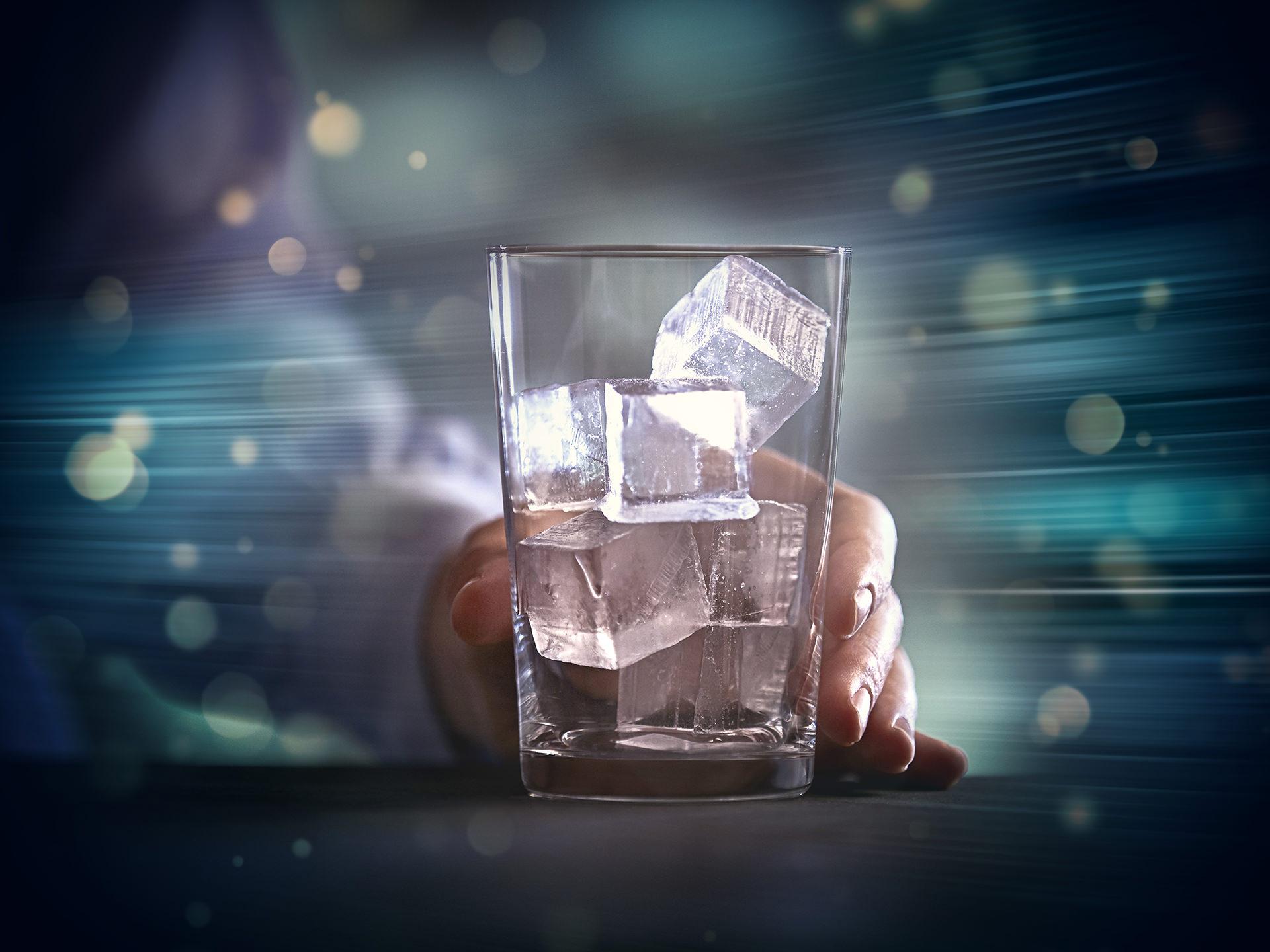 glas-eiswuerfel-hand-cgi-siemens