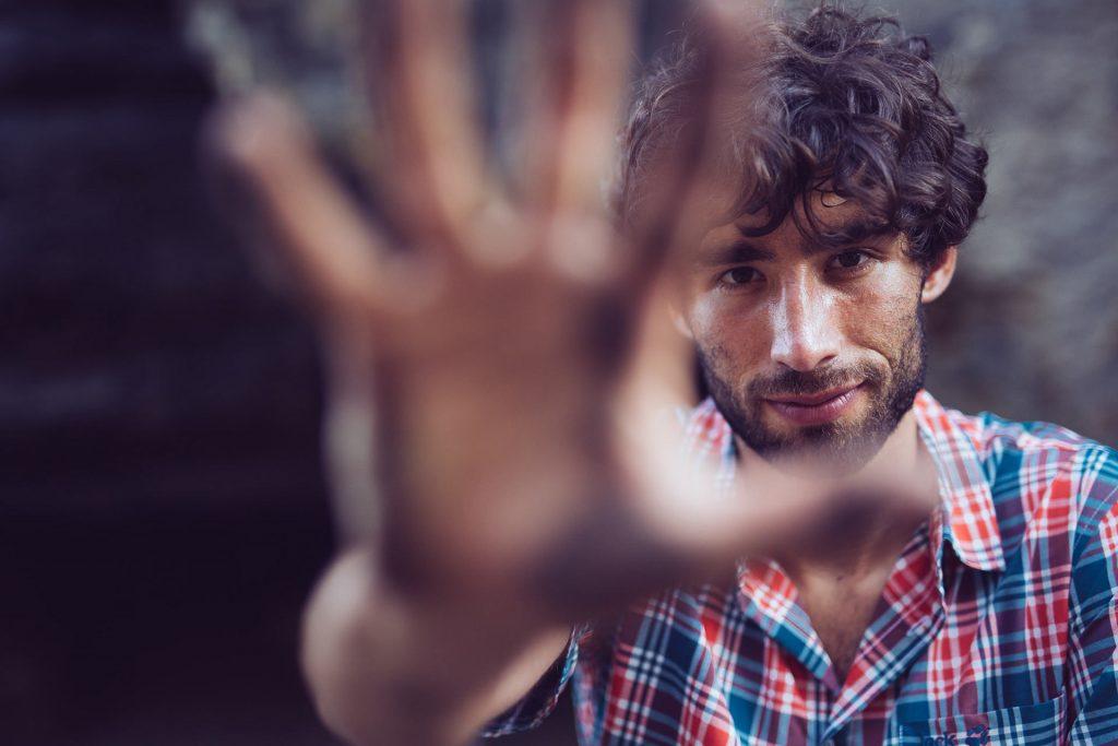 hand-mann-fuenf-portrait-fokus