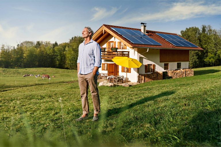 haus-solar-energie-mann-sonne