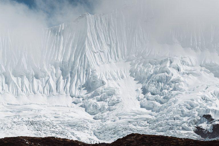 himalaya-gletscher-struktur-nebel-weiss