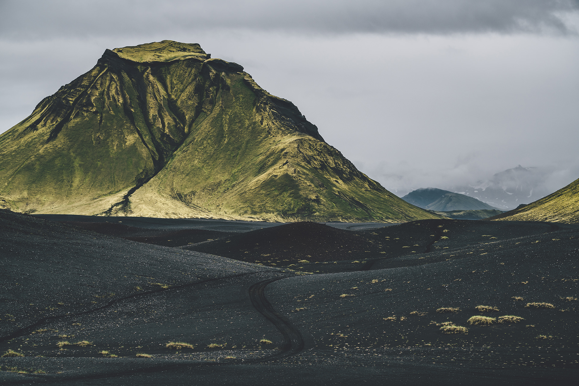island-vulkanstein-berg-gruen-travel