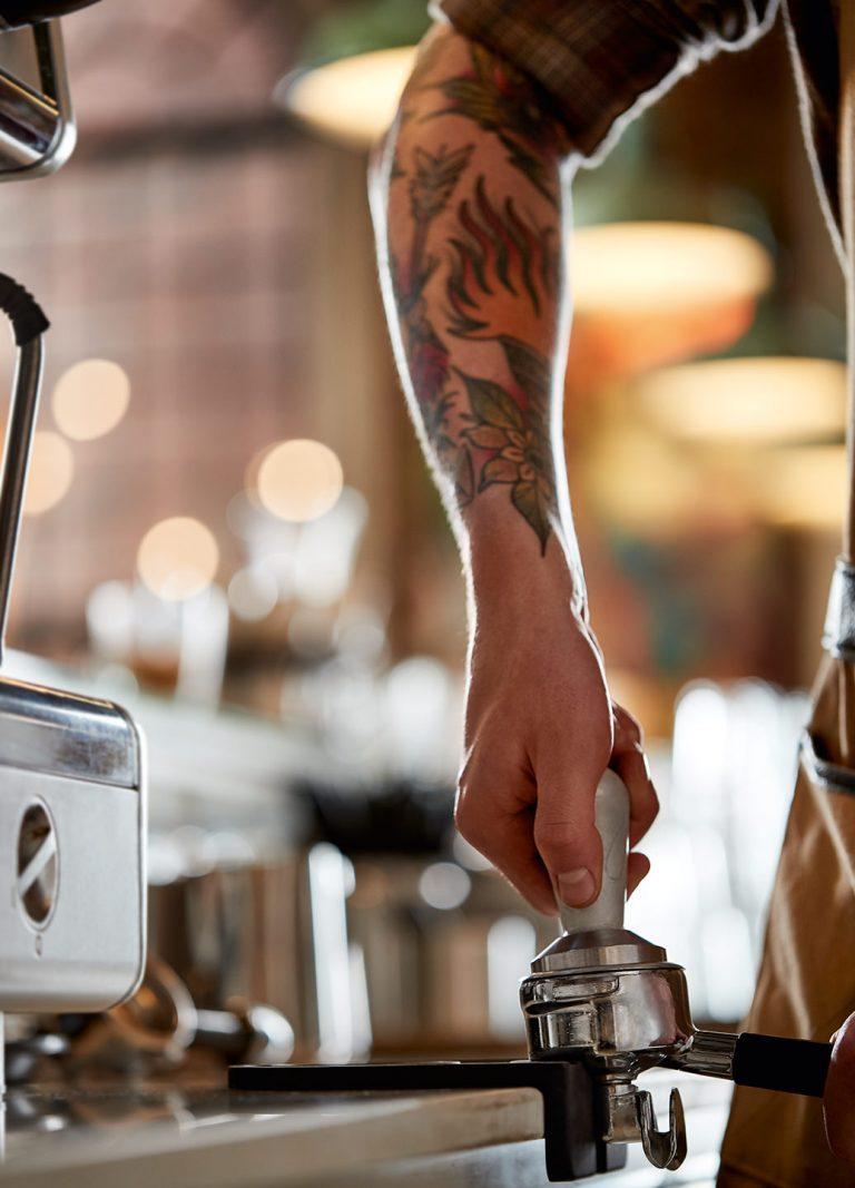 kaffee-zubereitung-tamper-tattoo-kaffeehaus