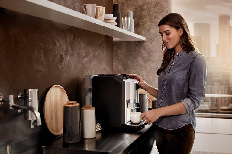 kaffeemaschine-frau-bedienen-kueche-siemens