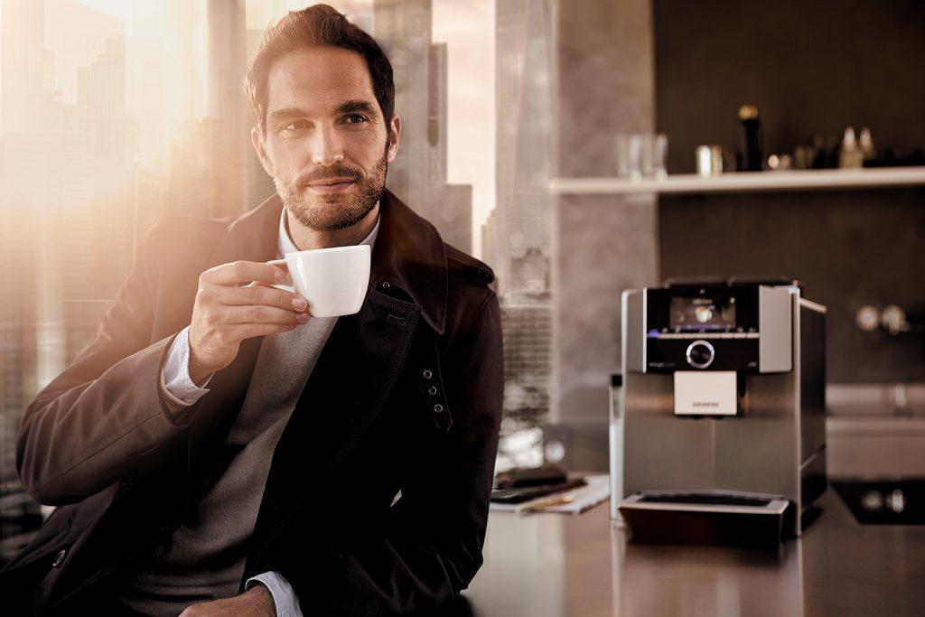 kaffeevollautomat-siemens-mann-kaffee-tasse