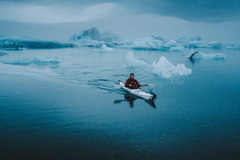 kajak-eisberg-kalt-reisen