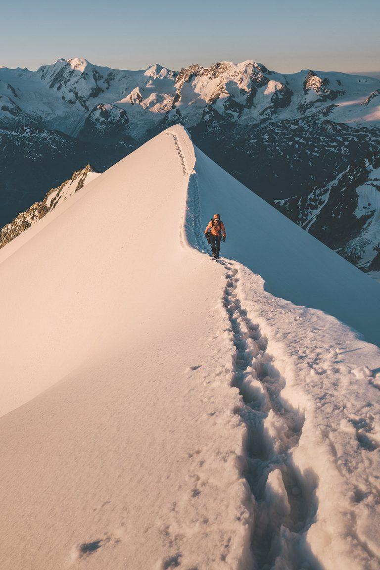 kamm-schnee-bergsteigen-alpin-kleidung