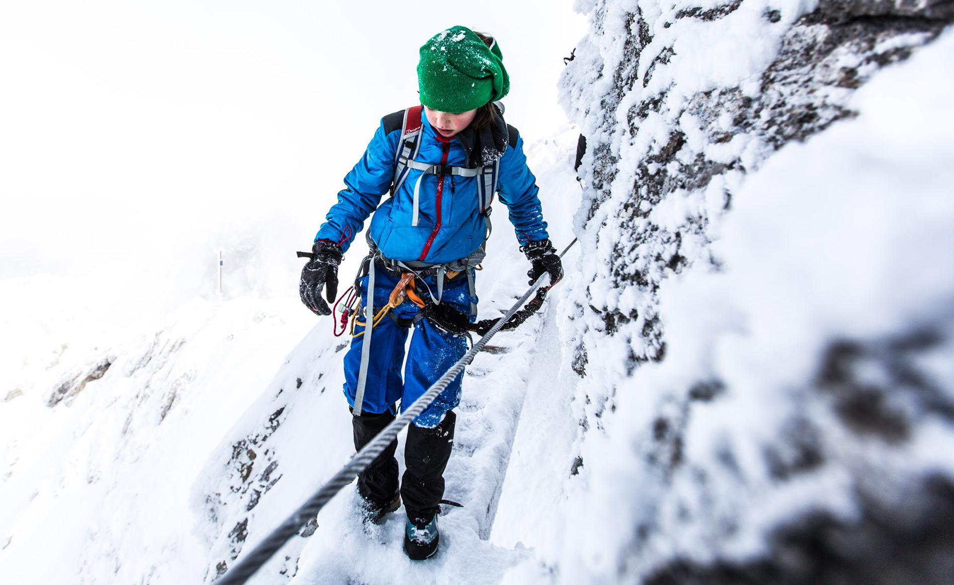 kind-winter-klettersteig-tour-schnee