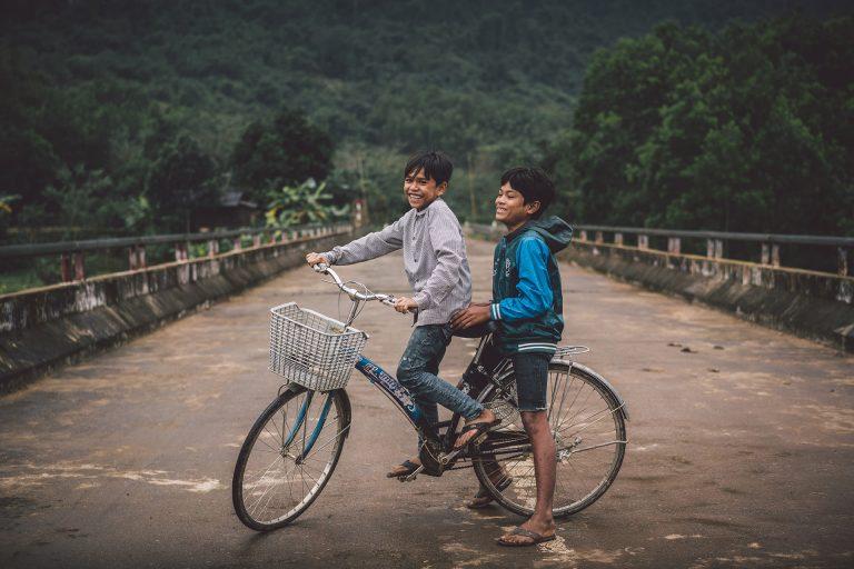 kinder-strasse-fahrrad-spass
